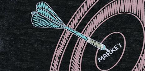 Disegno su una lavagna di una freccetta al centro di un bersaglio