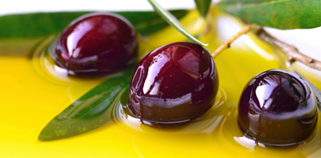 Tre olive immerse nell'olio